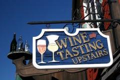 Vada in su per l'assaggio di vino Fotografie Stock Libere da Diritti