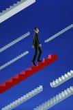 Vada a successo L'uomo d'affari scala le scale di un volo di rosso Fotografie Stock Libere da Diritti