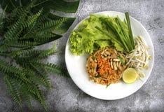 Vaddera den thailändska thailändska maträtten som göras av nudlar, och olika ingredienser, kuttrande royaltyfri foto