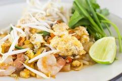 Vaddera thailändska stekte under omrörning risnudlar, uppståndelsesmåfisknudlar med räka Royaltyfria Bilder