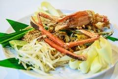 Vaddera thailändskt med stekt flodräka, thailändsk stilnudel Arkivfoto