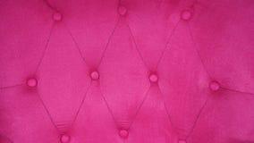 Vadderad rosa sammet Baksidan av tappningsoffan med knappar arkivfoton