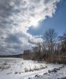 Vadderade moln över ett iskallt vinterlandskap fotografering för bildbyråer