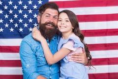 Vader Amerikaanse gebaarde hipster en leuk weinig dochter met de vlag van de V.S. Vrijheids fundamenteel recht Hoe Amerikanen  royalty-vrije stock afbeeldingen