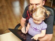 Vader, baby en computer Royalty-vrije Stock Afbeelding