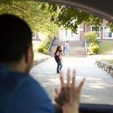 Vader In Car Dropping van Dochter in Front Of School Gates stock foto