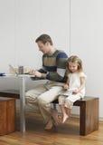 Vader And Daughter Drawing en het Gebruiken van Laptop Royalty-vrije Stock Afbeeldingen