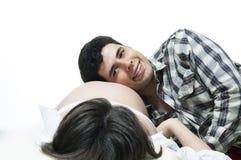 Vader die aan babybuik luistert. Stock Foto's