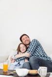 Vader die aan zijn dochter kietelen Stock Afbeelding