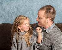 Vader die aan zijn meisje spreken Royalty-vrije Stock Foto's