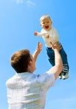 Vader die baby werpt Royalty-vrije Stock Afbeelding