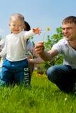 Vader die bloem geeft aan zijn zoon Stock Foto's