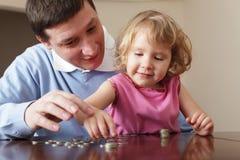 Vader die de dochter opleidt aan de financiën stock foto