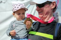 Vader die dochter zijn medaille na Internationale Marathon van de 32ste Lente de Halve Boedapest van Telekom Vivicitta in Boedape royalty-vrije stock fotografie