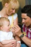 Vader die een baby voedt Royalty-vrije Stock Afbeeldingen