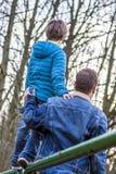 Vader die een dagelijkse superhero die en zoon en dochter begeleiden helpen zijn Stock Fotografie
