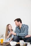 Vader die een ontbijt met zijn dochter hebben Stock Foto's