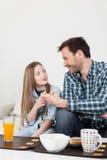 Vader die een ontbijt met zijn dochter hebben Stock Fotografie