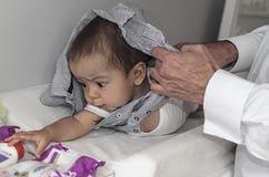 Vader die en omhoog 9 maanden veranderen kleden baby royalty-vrije stock fotografie