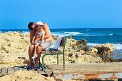 Vader die en zijn droevige en pruilende baby omhelzen troosten daughte royalty-vrije stock foto