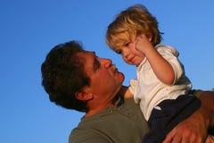 Vader die jonge zoon troost Royalty-vrije Stock Foto's