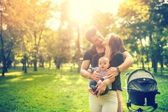 Vader die moeder koesteren en gevoelige pasgeboren in wapens houden Geluk in familieconcept Royalty-vrije Stock Foto's