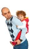 Vader die op de rug rit geven aan haar meisje Stock Afbeeldingen