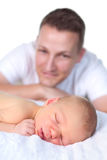 Vader die op pasgeboren baby let Stock Fotografie