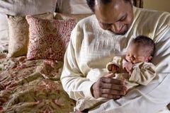 Vader die pasgeboren baby houdt Stock Foto's