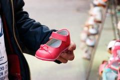 Vader die schoenen kiezen Royalty-vrije Stock Fotografie