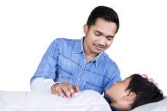 Vader die steun voor zijn zieke zoon op studio geven royalty-vrije stock fotografie
