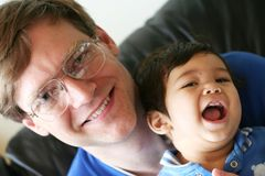 Vader die van tijd met zoon geniet royalty-vrije stock afbeeldingen