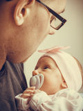 Vader die zijn pasgeboren baby gevoelig houden Royalty-vrije Stock Foto's
