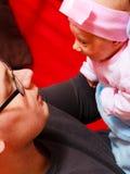 Vader die zijn pasgeboren baby gevoelig houden Royalty-vrije Stock Afbeeldingen