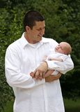 Vader die Zijn Pasgeboren Jongen van de Baby houdt royalty-vrije stock foto's