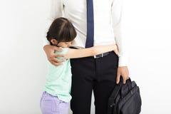 Vader die zijn schreeuwende dochter troosten stock afbeelding