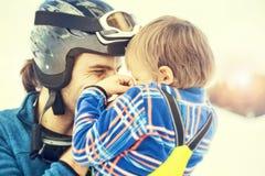 Vader die zijn zoon affectionately koesteren stock foto