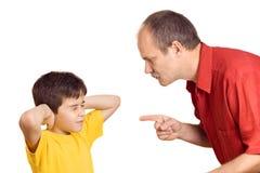 Vader die zijn zoon berispt Stock Afbeeldingen