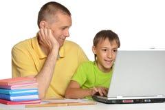 Vader die zijn zoon helpen Royalty-vrije Stock Foto