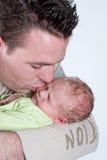 Vader die zijn zoon kust Royalty-vrije Stock Foto