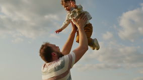 Vader die zoon in lucht werpen Langzame Motie stock video