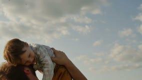 Vader die zoon in lucht werpen Langzame Motie stock videobeelden