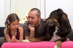 Vader, dochter en hond stock foto