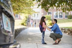 Vader Dropping Off Daughter in Front Of School Gates royalty-vrije stock afbeeldingen