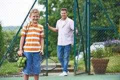 Vader Dropping Son Off voor Tennisles royalty-vrije stock afbeelding