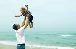Vader en aanbiddelijke dochter stock fotografie