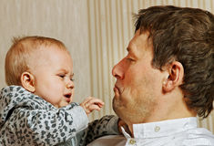 Vader en baby. Royalty-vrije Stock Fotografie