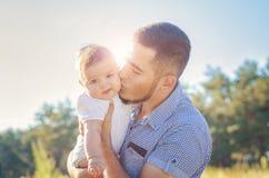 Vader en baby in de herfst in openlucht Stock Foto's