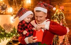 Vader en baby de zoon viert thuis Kerstmis Het concept van de de wintervakantie De magische vakantie van de atmosfeerfamilie fath royalty-vrije stock afbeelding
