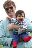 Vader en Baby in openlucht royalty-vrije stock fotografie